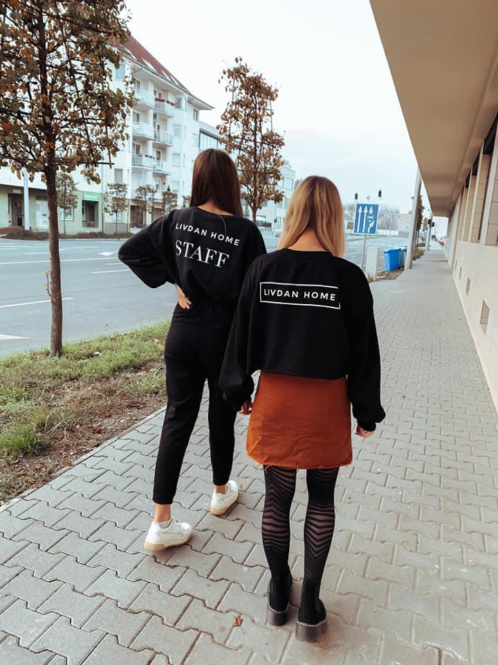 LivDan Home csapata az üzlet előtt Debrecenben