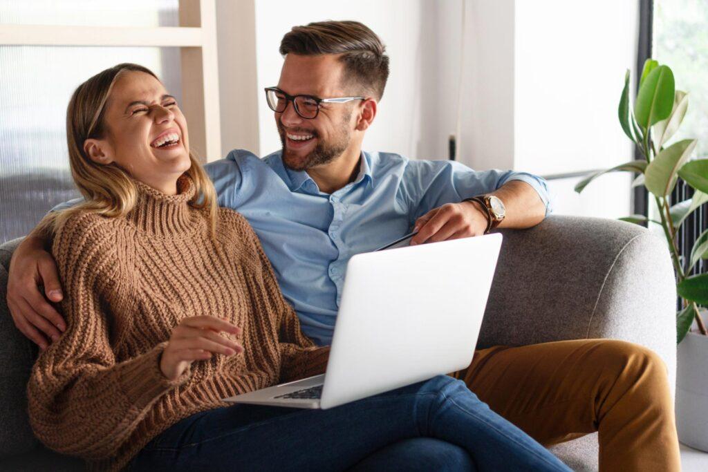 Házaspár otthon a kanapén, lakberendezés Debrecen, konyhatervezés